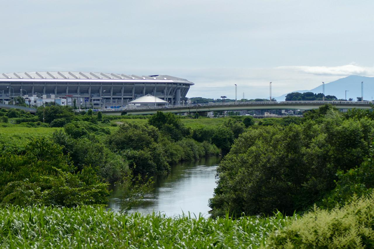 鳥山川と日産スタジアム